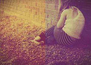 Autisme-fille-contre-un-mur